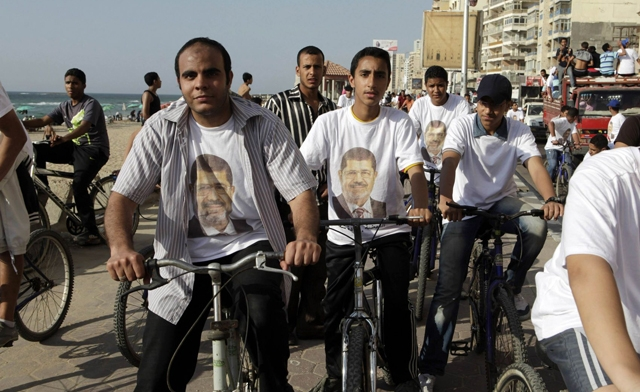 Egypt Brotherhood forms human chain for candidate