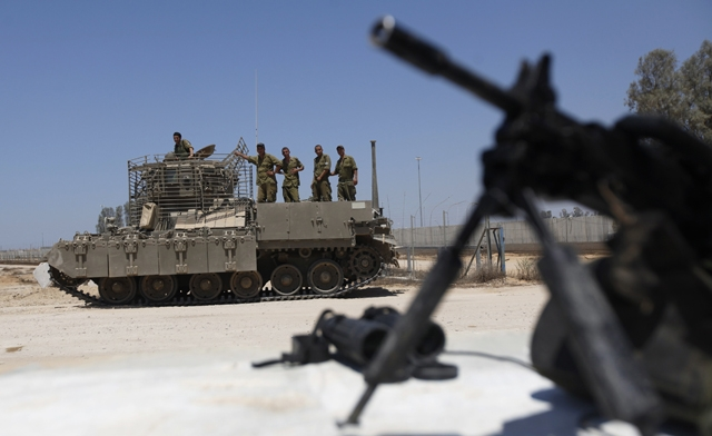 Israeli soldiers at the Kerem Shalom crossing (Reuters)