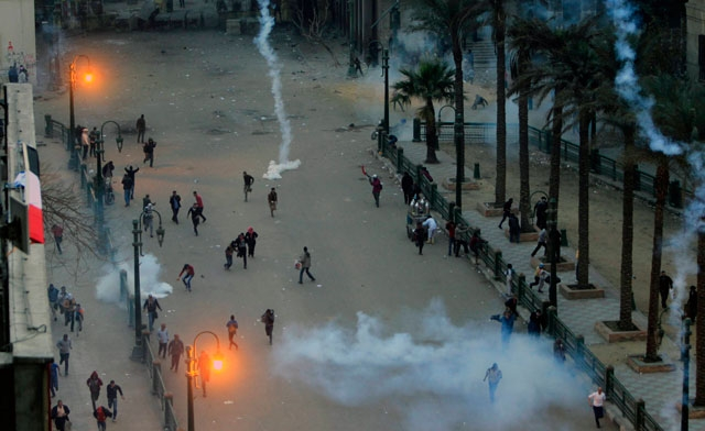 Police fire tear gas at protesters on eve of Egypt revolution anniversary