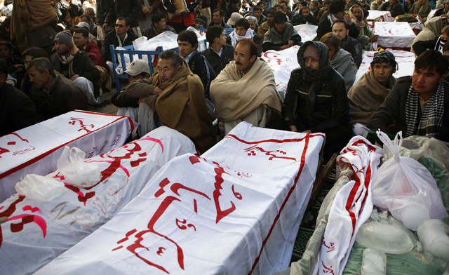 Shiites in Pakistan refuse to bury victims of bomb explosions