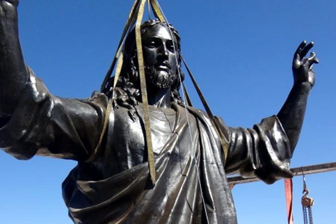 Syrian giant Jesus statue arises